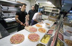 2015. Hakki Kizma och Zahed Heider bakade pizza för fullt när VLT var där. Abdulvahad Kizmaz höll koll. (Foto: Mikael Johansson /Arkiv).