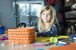 I pysselrummet gick Isabelle af Wåhlberg, 6 år, att finna. Hon hade åkt från Örbyhus med sin mamma och vänner från klassen för att se på när Kulturhuset Möbeln invigdes.
