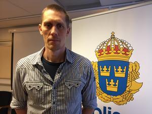 Peter Danielsson, gruppchef för  Salapolisens utredningsgrupp, bekräftar att Salapolisen utreder ett grovt hot mot en poliskollega.