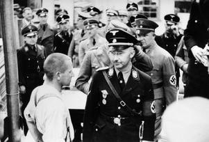 SS-chefen Heinrich Himmler besöker koncentrationslägret Dachau 1936. Foto: Friedrich Franz Bauer