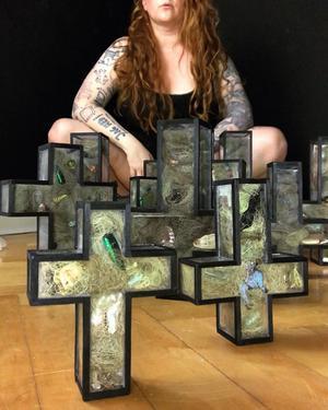 Konstverken som Karin Jansson ska ställa ut är fyllda med barns skatter. Foto: Karin Jansson