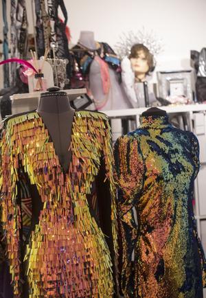 Paljettklänningar är ofta snälla formmässigt, menar Margaretha. Snitt spelar förstås roll. Svart stretch i sidorna skapar timglasform. Har du raka höfterna, framhävs formerna på detta sätt, är du stor och kurvig stöper det svarta formen.