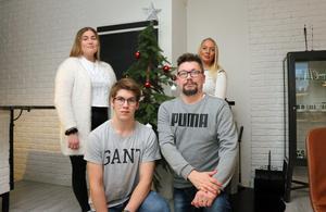 Wilma Tano Håkansson. Lucas Tano Håkansson, Kent Tano och Sofia Tano vid julgranen hemma.