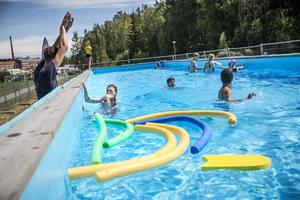 Simskolan i poolen vid Bårsta IP brukar vara populär. I sommar flyttar simskolan till Eklundsnäsbadet.