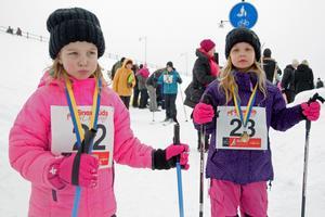 Alva Forsman (till vänster) och Alice Forsman (till höger) var sugna på att åka mer än ett varv skidor.