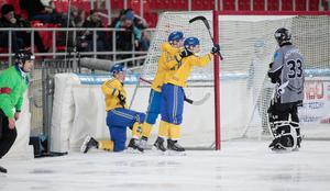 Christoffer Edlund gör mål för Sverige och firar tillsammans med Johan Löfstedt och Erik Pettersson i VM-semifinalen. Bild: Rikard Bäckman / Bandypuls.se / TT