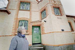 Linnéa Kärvemo blickar upp mot övervåningen där man hoppas kunna visa ett tiotal konstverk av ungdomar från hela Hedemora.