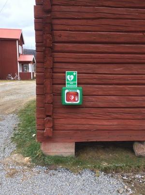 Nu har Glöte fått en hjärtstartare som sitter synligt mitt i byn. Foto: Privat