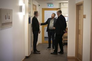 Peabmannen, Daniel Kindberg och advokat Jan-Åke Nyström samtalar under en paus.