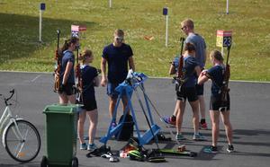 Skidskyttelandslagets nye huvudtränare håller i en genomgång för Mona Brorsson, Elvira Öberg, Linn Persson och Emma Nilsson.