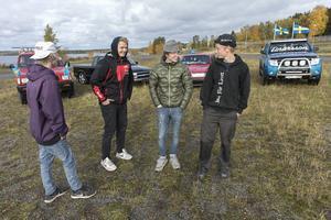 """Emil Tackman, Felix Karlsson, Dennis Eriksson och Arvid Einarsson med sina A-traktorer. """"Man har lärt känna varandra via bilarna. Det är ett sätt att umgås"""", säger Arvid Einarsson."""