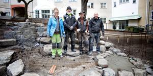 Nigel Wells och Per-Anders Carlsson från Virbela ateljé AB flankeras av skulptören Helene Aurell och trädgårdsdesignern Mikael Liedbergius. De bygger en vattentrappa åt en bostadsrättsförening på Södermalm i Stockholm.