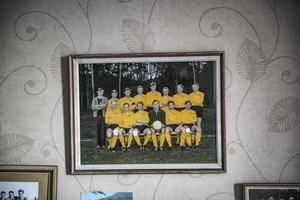 Börje Svedjesten har en lång egen karriär inom fotbollen. Bland annat spelade han i det framgångsrika Myssjö-lag som 1968 gick upp i division 3. Då hette han Olsson i efternamn och han står som nummer tre från vänster.