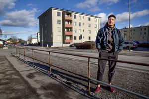LT:s reporter träffade Dennis utanför den lägenhet i Västergård där han växte upp.