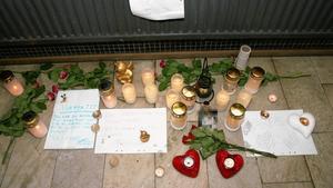 Dagarna efter mordet fylldes Candra Eklunds trapphus av ljus, brev och tecken på kärlek från hennes vänner.                                                           Foto: Torgny Narfström (arkiv)