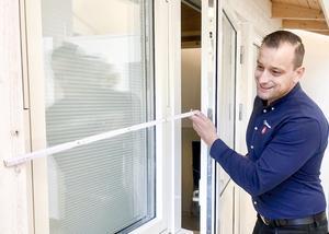 – Gamla fönster kan släppa in både ljud och kyla, säger Nijaz.