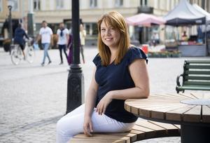 Katharina Paoli, konsult i nudging, på torget i Nyköping. Nudging handlar om att skapa beteendeförändringar genom att ge människor en knuff i rätt riktning.Bild: Henrik Montgomery/TT