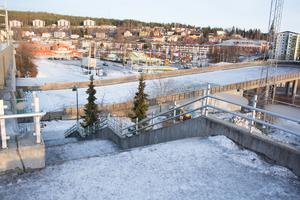 En isig och illa upplyst trapp blev de försenade tågresenärernas väg från perrongen, när dörrarna in till resecentrum låstes sent på söndagskvällen. En riskabel och besvärlig väg vintertid för den som har mycket bagage.