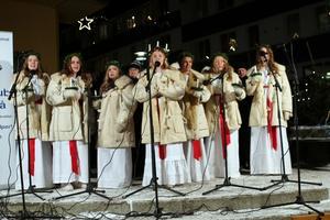 Luciaframträdandet på Orrtorget blev finalen på årets skyltsöndag i Sollefteå
