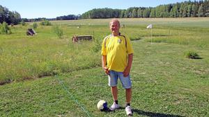 Esbjörn Erlandsson framför sin fotbollsgolfbanan i Ringvalla.