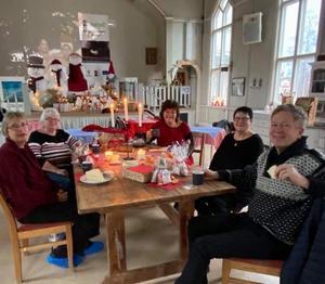 Friskvårdsgruppen tar nu jullov med sina promenader men återupptar aktiviteter i januari. Här lite fest med nygräddat tunnbröd på menyn.  Foto: Margareta Englund