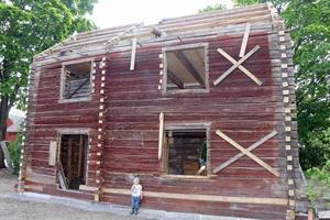 I Glanshammar låg huset som Kajsa och Martin just flyttat och håller på att bygga upp på sin gård.