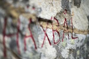 Stenen på Häxberget som påminner om platsens blodiga historia.