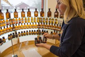 Butikschefen Anna Steijner plockar bland doftproverna som står i event- och museilokalen intill butiken i Högbo.