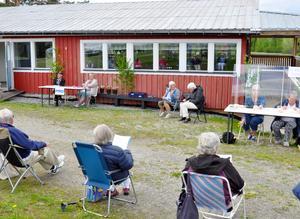 Deltagarna i PRO Myssjö-Oviken höll distans vid årsmötet utomhus.  Foto: Karin Jirdén