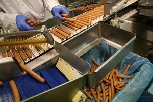 Korvar som inte håller standarden sorteras bort innan paketeringen.