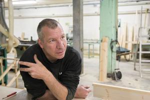 Micke Westrin har rivit ur allt i den gamla källarlokalen i Bergsjö, för att bygga upp sin trappverkstad.