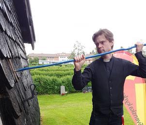 Församlingsherde Mattias Haglund invigde Stapelfotens pilgrimskapell i Färila genom att stöta tre gånger på dörren med sin pilgrimsstav.