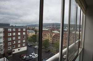 Lägenheten ligger högst upp i huset, på femte våningen, med en utsikt över Sundsvall och kvällssol.