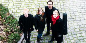 Treitlerkvartetten spelar i Södertälje på lördag. Musikerna är (från vänster): Filip Graden, cello, Caroline Waldemarsson-Treitler och Oscar Treitler, violin samt Jonna Inge, viola. Foto: Alice Olsson