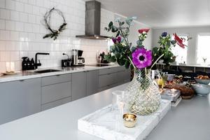 Färska blommor syns både här och där i Sehlins hem.