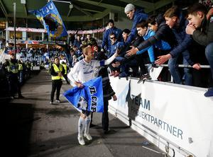 Norrköpings lagkapten Andreas Johansson firar med IFK-fansen efter söndagens fotbollsmatch i allsvenskan mellan IFK Norrköping och Örebro SK på Östgötaporten. Han gjorde sin sista hemmamatch för IFK.