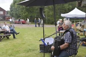 Kjell Thiger underhåller på Finnmarksdagen i Nornäs.