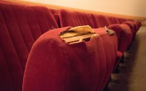 Stolarna i Roslagsskolans aula är från 1986. Nu planerar kommunen att sätta in 550 stycken nya stolar.