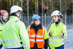 Eons Azra Sapcanin, som är ansvarig för anläggningen, förklarar situationen för miljökontorets Johanna Elfving.