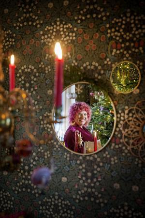 Varför vänta till julafton när man kan börja vid första advent? Så resonerar Louise, som vill hinna njuta länge av julen.