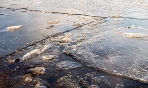 Töväder och blåst tär på isen.