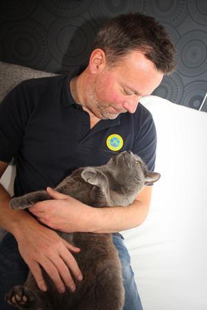 Svenne Olsson kelar med Plura. Namnet på katten skvallrar såklart en del om förbundskaptenens musiksmak.
