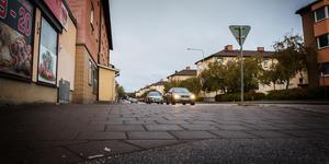 Här på Österled ska knivattacken ha skett. Anhöriga till den knivskurne larmade polisen och den skadade fördes med ambulans till sjukhuset i Västerås.
