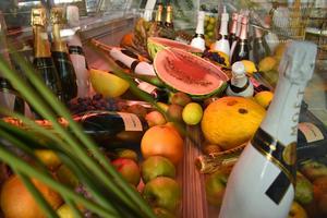 Anläggningens bardel fylls dagligen på med champagne och färsk tropisk frukt.
