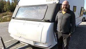 Chauffören Rickard Rahm fick en överraskning när han såg att husvagnen brann.