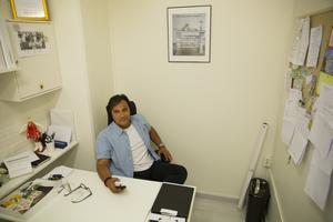 Ett fönsterlöst litet rum inne i en hudvårdsklinik i Södertälje utgör huvudkontor för A Demand for action (ADFA). Därifrån håller ordförande Nuri Kino kontakt med medlemmar över hela världen.