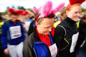 Kaningänget med fem tjejer från LRF Konsult hade för säkerhets skull öron som blinkade i rött och blått.  På bilden syns Madelaine Hellgren till vänster och Camilla Abrahamsson till höger.