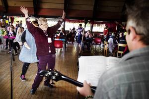 Musik blir man glad av. Ann Nilsson dansade till Alliansorkesterns låtar.