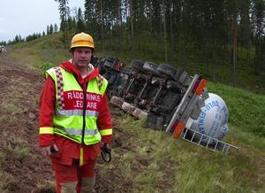 Änglavakt. Räddningsledaren Anders Karlsson kunde konstatera att föraren av tankbilen med kallolja hade änglavakt. Vägavkörningen blev våldsam och tankbilen blev liggande mitt i slänten på ena sidan och det krävdes ett omfattande bärgningsarbete.