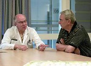 Foto: TOBIAS IVARSSON Överens. Arne Berteus, till höger, fick inte den hjärtbehandling han förväntade sig på länssjukhuset. Men han är ändå nöjd med att snabbt ha fått komma på återbesök hos läkaren Anders Dahlqvist.